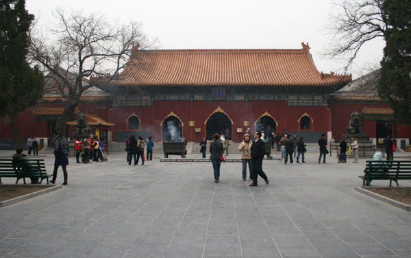 Photo: Looking across the courtyard towards Yonghe Gate which contains statues of four 'Heavenly kings' and is also the entry gate to the main area of the temple.